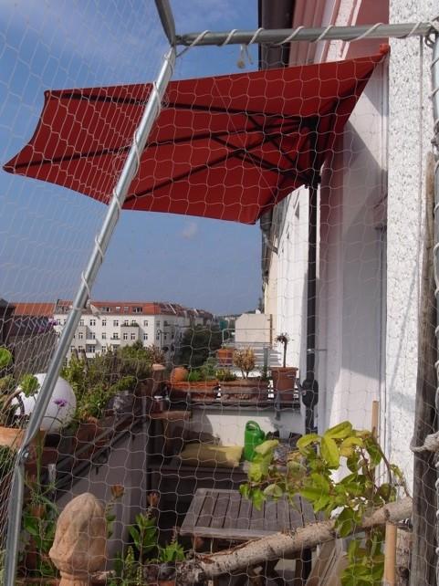 balkon leben oder der halbe sonnenschirm tierischwohnen. Black Bedroom Furniture Sets. Home Design Ideas